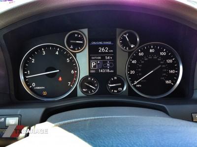 2013-Lexus-LX570-interior-01