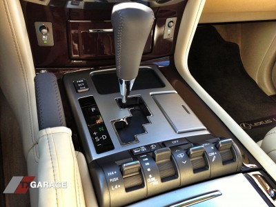 2013-Lexus-LX570-interior-03