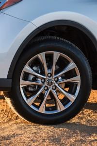 2016-Toyota-RAV4-006